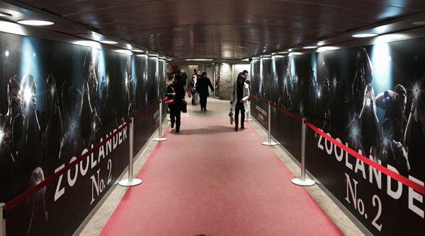 ambient marketing zoolander 2 metro milano