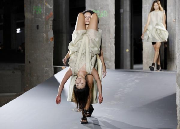 L'alta moda a Parigi nel pericolo del trash