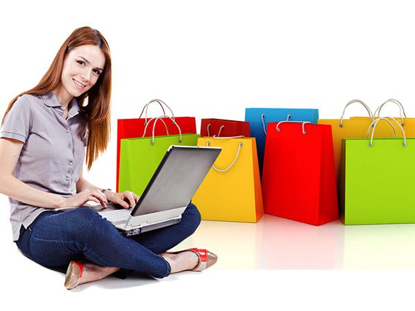 Shopping online: le donne acquistano più degli uomini