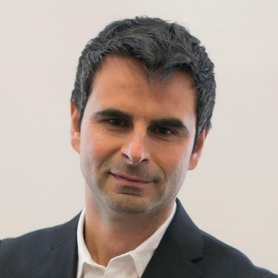 """Ale Agostini, autore di """"Fai carriera con LinkedIn. Il social professionale per relazioni e business"""" (Hoepli, 2016)."""