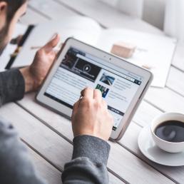 Giornalismo e informazione tra social e pubblicità: le novità del 2017