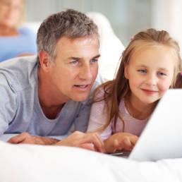 Papà sul web: genitori sempre più digitali e daddy blogger