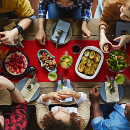Social eating: cos'è, a che serve e come farlo
