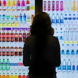 Frigorifero con videocamera osserva i clienti negli store