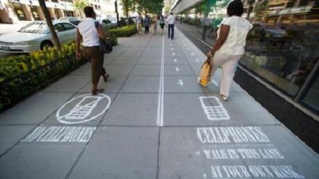 Dalle stazioni di carica ai parchi social free: così gli smartphone hanno cambiato le città