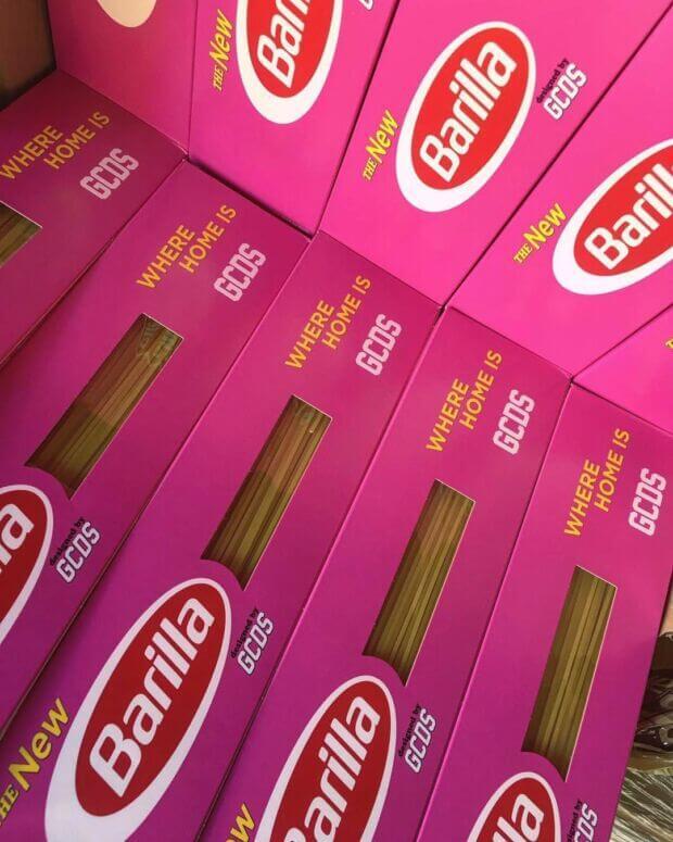 barilla e GCDS scatole di pasta fucsia