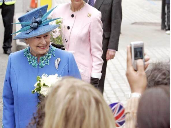 Sarebbe alla ricerca di digital officer professionista, ma qual è la strategia della Regina Elisabetta sui social?