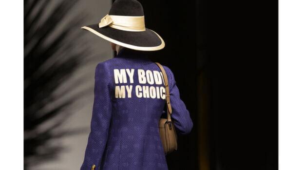 La sfilata Gucci pro-aborto è un chiaro segno che, no, i brand non possono non prendere posizione