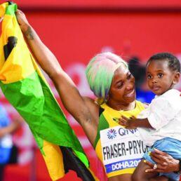 Mamme atlete. Foto di Shelly-Ann Fraser-Pryce con il figlio. Fonte: thepeninsulaqatar.com