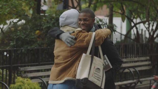 Stop a baci e abbracci nelle pubblicità: le reazioni dei brand all'emergenza coronavirus