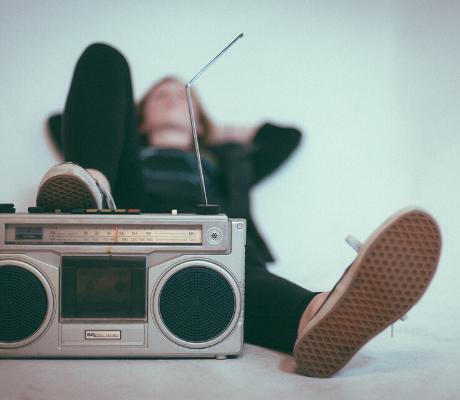 Ascolti in radio durante il coronavirus: dal vecchio drive-time al nuovo sofa-time