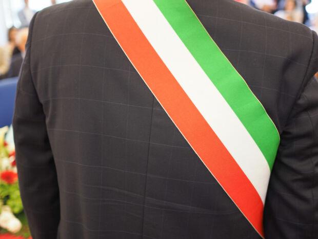 Perché alcuni sindaci italiani sono diventati noti (e non sempre in positivo) durante l'emergenza da COVID-19