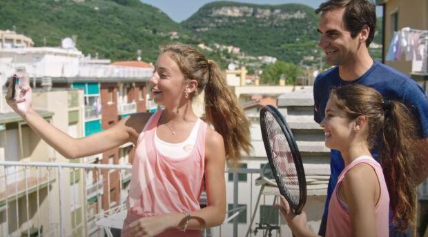 Dalle sfide in cucina al giocare a tennis sui tetti con due teenager: così Federer continua a essere brand ambassador di Barilla