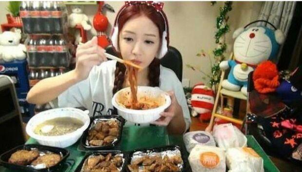 Perché la Cina vuole vietare il mukbang, i video e le dirette online di persone che mangiano